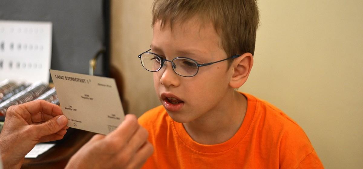 hyperopia 3 éves gyermeknél homályos látás és karikák a szem előtt